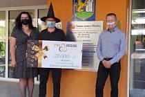 Finanční dar převzali v čarodějnických maskách