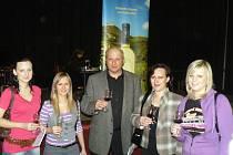 Vinař Josef Uher z Lanžhota stojí se svými nejbližšími. Ačkoliv jeho dcery studují jiné obory, když je potřeba, pomáhají mu ve vinici i vinařství.