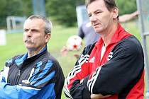 Trenérska dvojice Jan Dohnálek (vpravo) a Jaroslav Řezáč složila funkce u břeclavských fotbalistů do šestnácti let. Do Břeclavi přišli společně v sezoně 2011 2012. V současné době vedení klubu hledá náhradu.