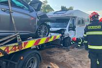 Tragicky skončila sobotní ranní srážka osobního auta a obytného vozu na silnici I/52 u Mikulova. Jeden člověk zemřel ještě před příjezdem záchranářů.