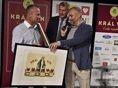 Pouze dvakrát se ve dvanáctileté historii soutěže Král vín podařilo jednomu vinaři získat obě hlavní ceny – titul šampiona a prvenství za nejlepší kolekci. Pyšnit se tím letos může Pavel Buriánek ze ZD Němčičky.