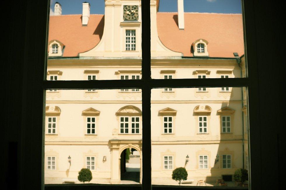 Výhled z chodby na nádvoří. Valtický zámek má nový prohlídkový okruh.