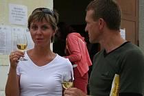 JISTOTA. Vinařské ochutnávky spojené s kulinářskými dobrotami táhnou. Ví to i sklepmistr Ctirad Králík s kreslířem Milanem Kocmánkem.