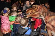 Na pravěký svět se proměnil břeclavský Dům kultury Delta. Německá firma sem přivezla modely dinosaurů. Největší zájem vzbuzoval po kulturním domě kráčející kolos, v jehož útrobách se skrýval svalnatý muž.