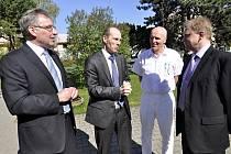 Jednání o budoucnosti hustopečské nemocnice se zúčastni její ředitel Petr Michna (zleva), náměstek ministra zdravotnictví Ferdinand Polák, náměstek ředitele nemocnice Bohumil Kašťák a starosta Hustopečí Luboš Kuchynka.