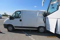 Nehoda u Moravské Nové Vsi. Ve středu ráno se srazila dodávka s osobním autem. Do kolize se připletl i autobus..