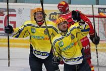 Břeclavští hokejisté (ve žlutém) si překvapivě doma poradili se Senicí.