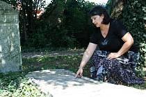 Historička Alena Káňová na židovském hřbitově v Břeclavi. Archivní snímek.