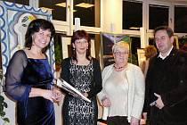 Dagmar Švástová (druhá z leva) přebrala cenu za nejpříjemnější a nejoblíbenější úřednici.