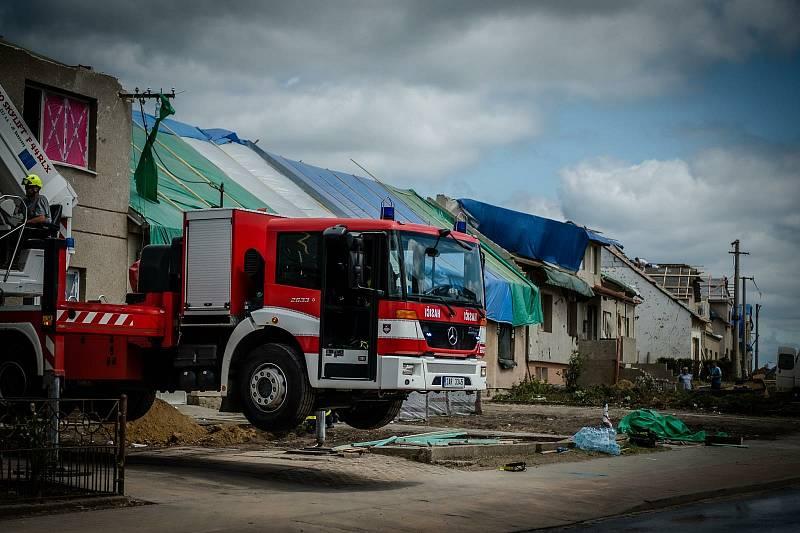 Hasiči pracující na odklízení sutě v zasažených obcích.