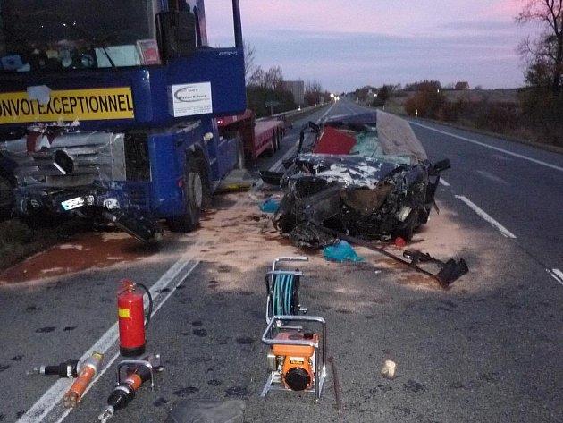 Nehoda, při níž zahynuly dvě ženy, se stala nedaleko křižovatky na Dolní Dunajovice a Pernou.
