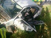 Osobní auto skončilo mimo silnici v sobotu ráno u Velkých Němčic. Mladého muže hasiči vyprošťovali.