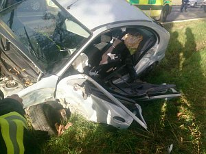 Auto vyletělo ze silnice. Mladíka s vážným zraněním páteře vyprošťovali hasiči