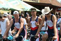 Závod kol s pevným převodem přivedl do Charvátské Nové Vsi na start přes sto závodníků. Vyjeli v netradičních oděvech a na starých typech kol.