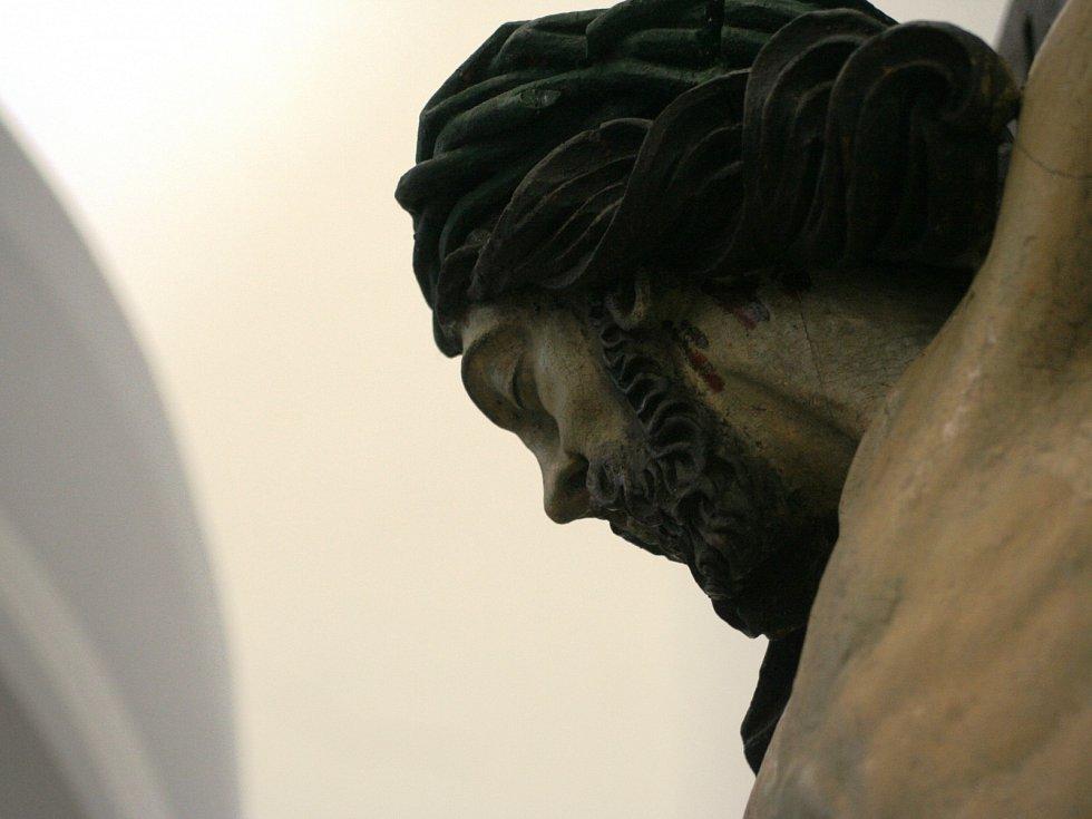 Socha Ježíše Krista v prostorách mikulovské Dietrichštejnské hrobky.