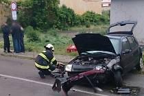 Osobní auto značky Renault havarovalo v neděli před půl šestou ráno v Mikulově. Záchranná služba ošetřila na místě dvě zraněné osoby. Nehoda v ulici Komenského zkomplikovala dopravu.