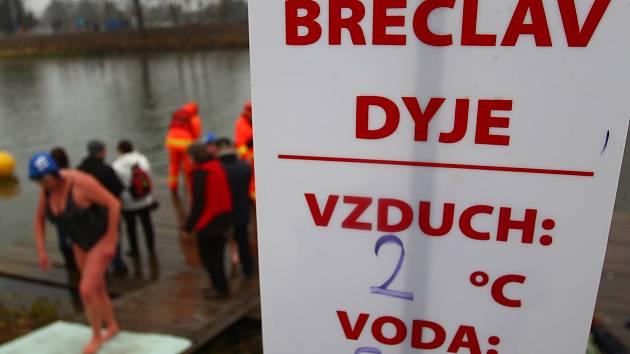 Desítky otužilců se vydaly na Štěpána do studené řeky Dyje v Břeclavi. Při Vánočním kilometru absolvovali absolvovali trať od sto do jednoho tisíce metrů.