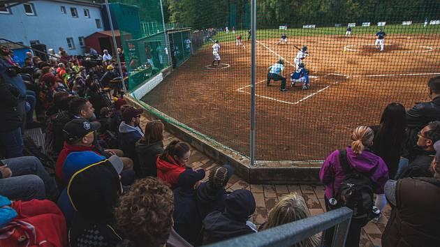 Plné ochozy. Softbalové finále se těší velkému zájmu diváků.
