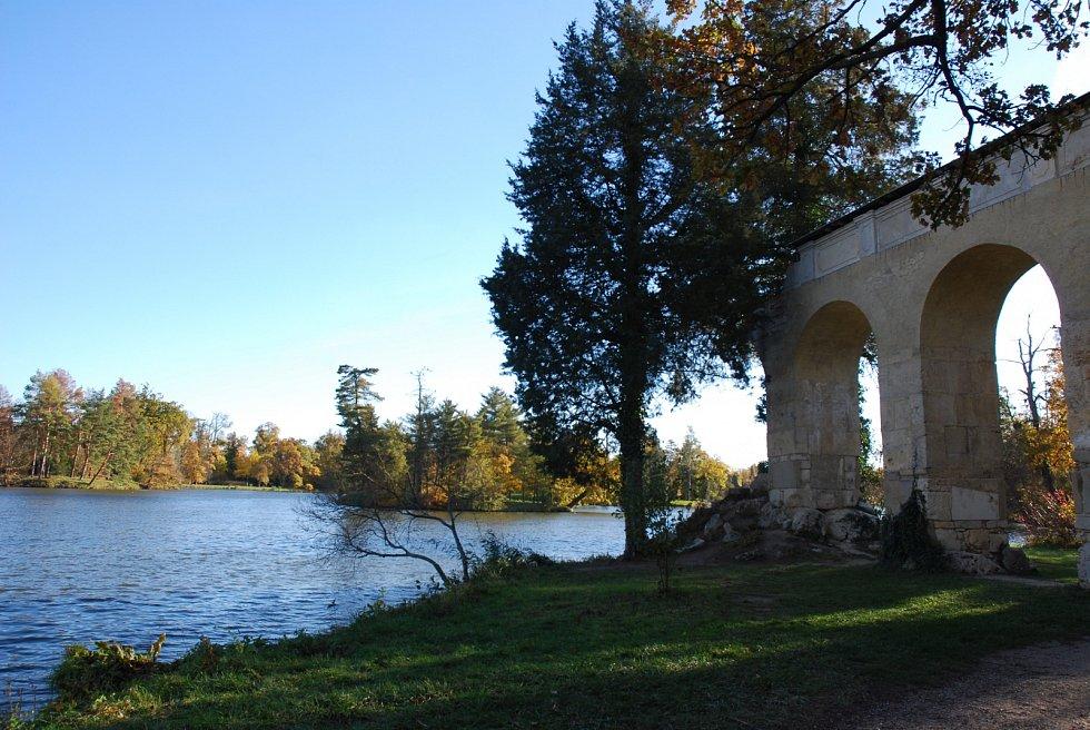 Zámecký rybník v Lednici od akvaduktu.