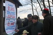 Setkání obyvatel Nového Přerova a Wildendürnbachu na česko-rakouské hranici.