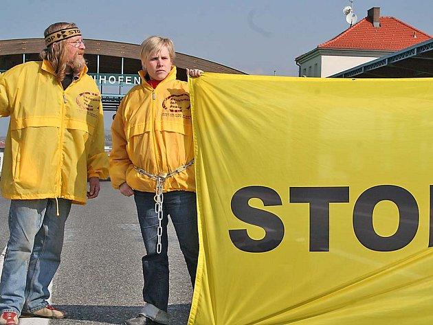 Jedním ze sedmi hraničních přechodů, které včera zablokovali rakouští protijaderní aktivisté, byl i přechod Mikulov – Drasenhofen