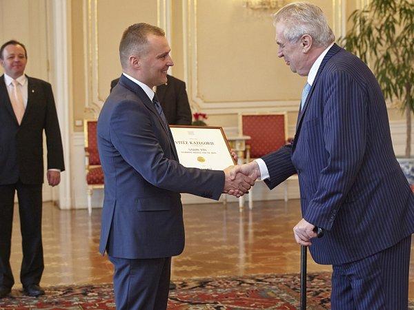 Na Pražském hradě si prezident Zeman ve středu přiťukl snejúspěšnějšími vinaři Národní soutěže vín. Diplomy předal irakvickým vinařům Miloši Michlovskému a Bronislavu Vajbarovi.
