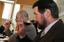 Degustátoři v pondělí zahájili hodnocení vzorků vín v soutěži Salon vín České republiky.
