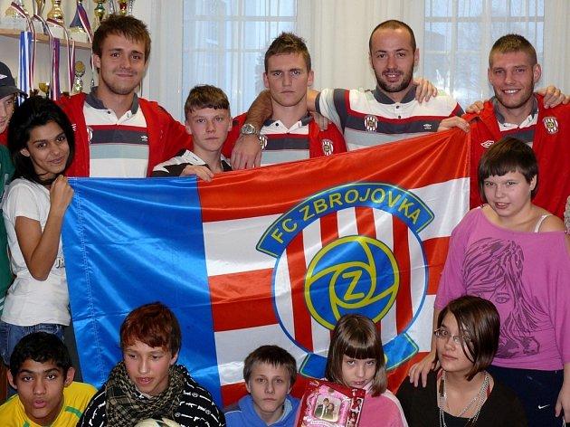 Dětský domov v Mikulově navštívila čtveřice fotbalistů ligového Brna. Děti se vyfotily s Martinem Husárem (zprava), Martinem Doležalem, Milanem Halaškou a Luďkem Pernicou.
