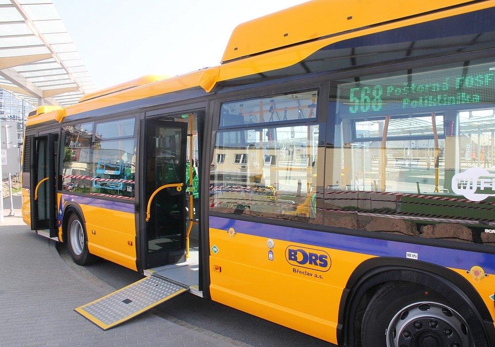 Současné autobusy dopravce Bors. Břeclavané se už brzy jako první v republice svezou novým superbusem.