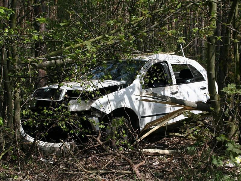 Havarovaná Škoda Fabia. Ženy vyvázly bez vážného zranění.