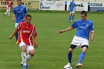 Dorost MSK (v modrém) si poslední zápas a postupové oslavy užil naplno.