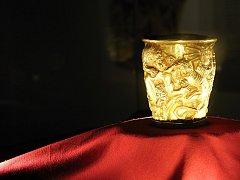 Ve valtickém zámku je do konce července k vidění světový unikát - zlatý pohár Alexandra Velikého.