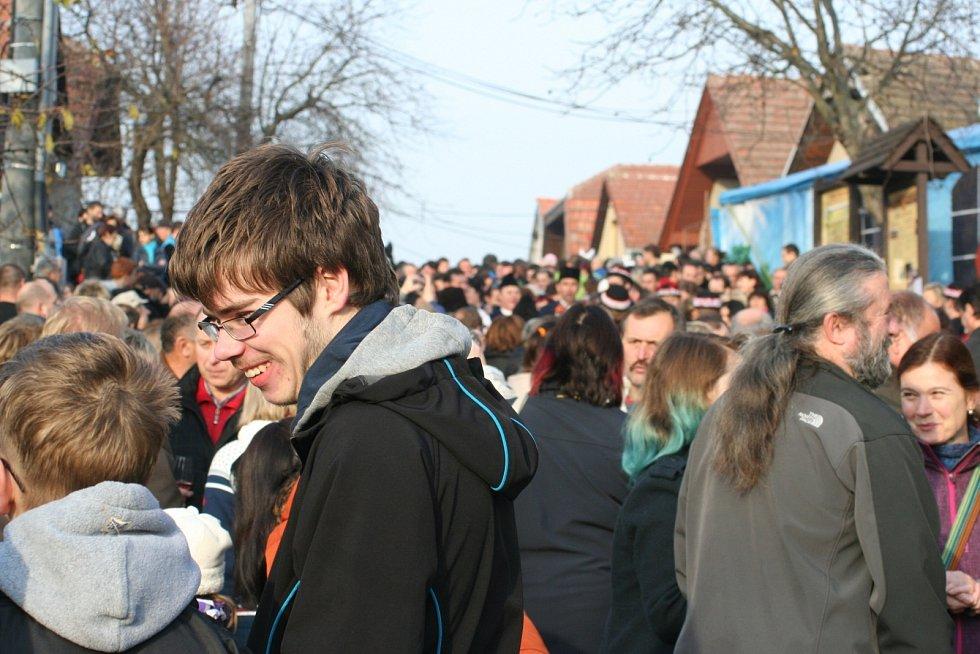 Na příjezd svatého Martina s družinou čekaly ve velkobílovické sklepní trati Púrynky stovky lidí. V sobotu tam ochutnaly mladá vína a Svatomartinské.