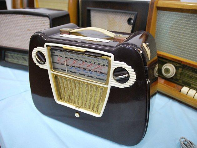 Asi sedmdesát rozhlasových přijímačů, tranzistorů, gramorádií a promítaček vystavují ve Velkých Bílovicích.