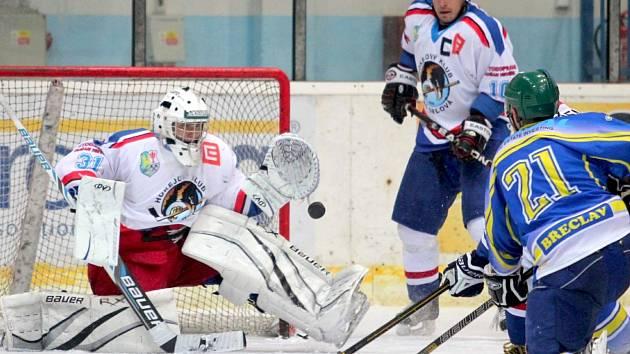 Břeclavský kapitán Radek Haman se snaží překonat orlovského Davida Iláše. Neúspěšně.