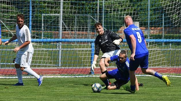 Ledničtí fotbalisté (v bílém) v posledním utkání miniturnaje porazili Valtice 6:4.