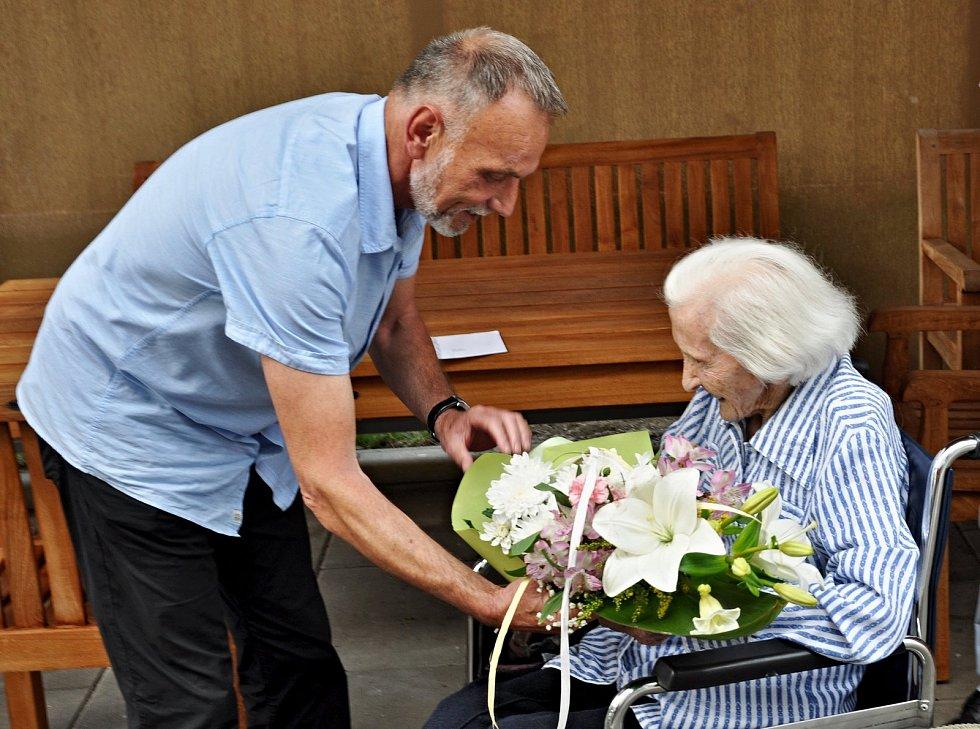 Anně Jarošové popřál ke 101. narozeninám i břeclavský starosta Svatopluk Pěček. Na snímku v roce 2019