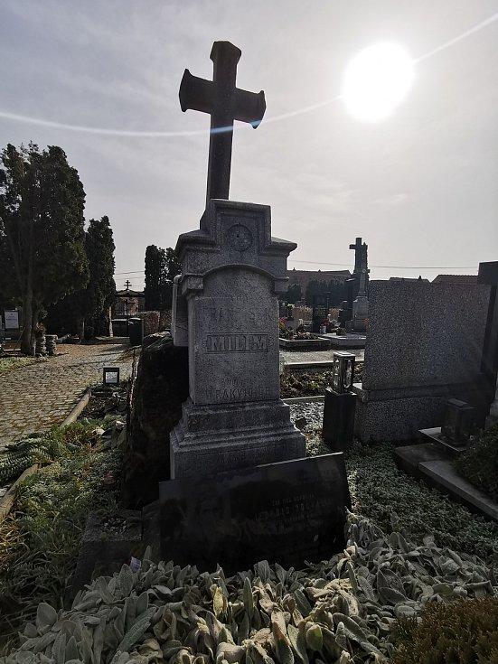 Restaurátor Michal Navrátil obnovuje na rakvickém hřbitově památníčky dětem utonulým v řece Dyji na Nových Mlýnech a pomníky dvou rakvických farářů včetně Leopolda Dočkalíka. Právě o něm se hovoří jako o možném autorovi veršů na dětských pomníčcích.