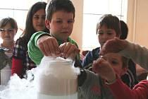 Žáci přichystali malým školákům zábavné chemické a fyzikální pokusy.