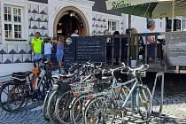Na mikulovském Náměstí cyklistům nově slouží šedesát stojanů na kola.