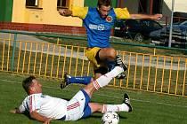 Za Bavory v minulosti nastupoval i Vladimír Michal (v bílém), bývalý prvoligový hráč brněnské Zbrojovky a Slovácka.