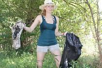 Dobrovolníci, kteří několik dní kempovali u Lanžhota, v pondělí uklízeli břehy řeky Moravy a Kyjovky.