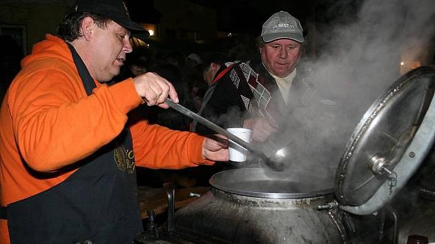 Svařeným vínem a hlavně pravou vánoční atmosférou vonělo už ve čtvrtek 25. listopadu v podvečer zaplněné rakvické náměstí.