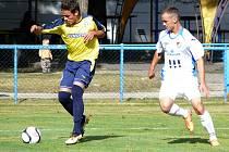 Břeclavští fotbalisté (ve žlutém) doma na úvod MSFL uhráli bezbrankovou remízu s béčkem Ostravy.