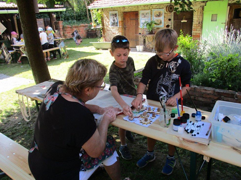 Děti tkaly i pletly v muzeu