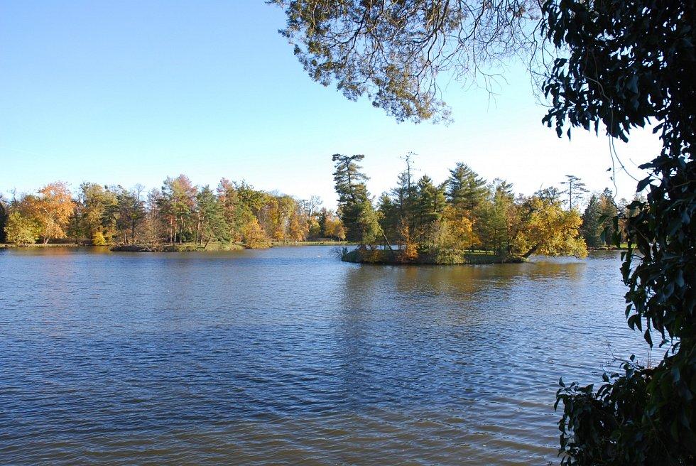 Zámecký rybník v Lednici s ostrůvky.