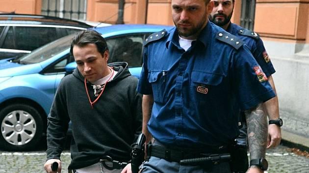Stráž přivádí Antonína Štauberta k soudu v Brně. Ilustrační foto.