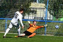 Fotbalisté Moravanu Lednice porazili Slavoj Rohatec v I. A třídě vysoko 6:2. Na snímku je autor hattricku Tomáš Pálka (v bílém dresu).