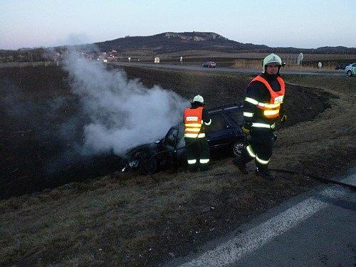 Nehoda dvou osobních aut zkomplikovala dopravu ve čtvrtek večer u Perné. Silnice byla od půl šesté večer neprůjezdná.