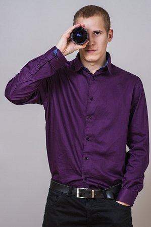 Dvaadvacetiletý student informatiky Marek Musil zBrumovic má dva velké koníčky. Fotografování a hru na tahací harmoniku. Často pořizuje snímky lidí vkroji.